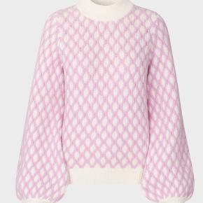 Stine Goya Carlo striktrøje i det fineste pink mønster. Trøjen er en størrelse L, men kan også passe andre størrelser, hvis man godt kan lide oversize look  Jeg sælger kun, hvis rette pris opnåes  Bytter også gerne til samme trøje i str. Small eller Medium