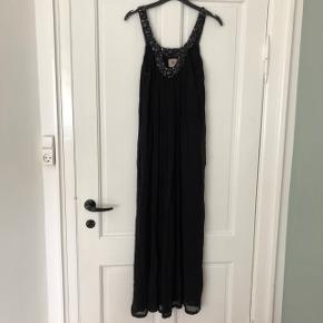 Varetype: Maxi Farve: Sort Bohemian   Smuk kjole fra Antik Batik. Købt i Frankrig. Brugt højst tre gange. Købspris: 1000kr.