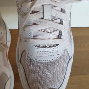 Fedeste sneakers puma x Ray metallic,  sælges kun fordi de er små i str og desværre for små til mig.  Bytter meget gerne til str 40,5 eller 41. De er SÅ FEDE.  Har været udenfor 1 gang.  Sender gerne med dao.
