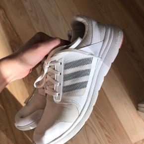 Adidas Sneakers, Slidt. Aarhus - Rigtig lækker blød sål. Dog beskidte, men kan godt gøres rene.. Adidas Sneakers, Aarhus. Slidt, Tydelige tegn på brug og slid. Har mindre skader, men er stadig brugbar