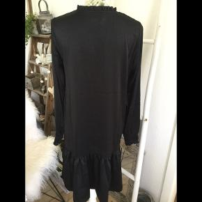 Flot sort kjole i blødt let shine stof fra Vila str. 36/S, er ny med mærke nypris 300 kr.  Pris 125 kr + porto