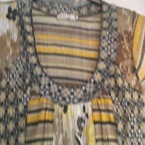 Så fin en bluse i skønne farver  Brystmål 5x 2 cm Længde 68 cm 100 % polyester
