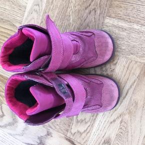 Vinterstøvler str. 25. Brugt i en sæson, men stadig pæne.