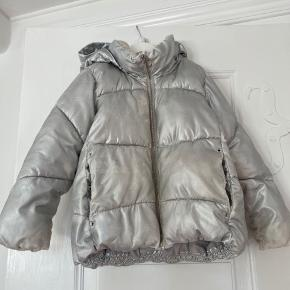 Super cool sølv jakke fra zara.  Er brugt, så den har tabt en knap og fået en pink plet og sølv er gået af flere steder