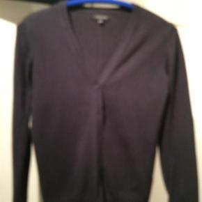 Brand: Debenhams Varetype: Cardigan Størrelse: 12/13 Farve: Blå Prisen angivet er inklusiv forsendelse.