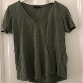 Dejligt let t shirt i flot grøn farve.   Skal afhentes på Østerbro eller sendes på købers regning. Kom gerne med bud 🌸