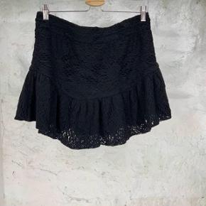 """Smuk Iro nederdel.  Model """"Filen"""".  Super stand - mærket bagi, er dog ikke i længere. Vaskemærket er i, dog lidt svært at se - men kan ses.  Passer en str xs-s.  Byd"""