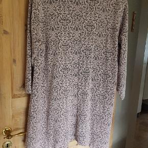 Pæn og halvlun kjole i kraftigt stof - der er endda lommer i!