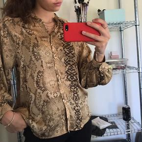 Den fineste skjorte bluse fra h&m Trøjen er en 38, men passer small-medium Er selv en small