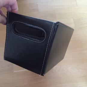 Læderkasse / æske / box til opbevaring. Perfekt til fx cd'er. Læder. Nyprisen var 129,- Jeg vil gerne måle - efter ønske. Kan foldes sammen 👍