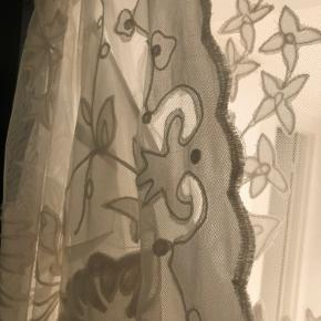 Mega flot brude, galla og fest kjole fra Asos excluse/bride. Den er brugt en aften og har lidt slid forneden, men kan ikke ses når kjolen er på. Den er med en underkjole og er på ingen måde gennemsigtig. Den kan også passes af en medium #Gøhlersellout