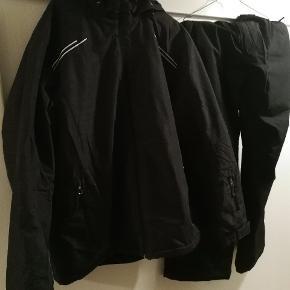 Sæt sælges samlet for 200. Brugt på en enkelt skiferie. Sorte bukser fra McKinley og grå jakke fra Etirel.