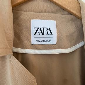 Fineste 'trenchcoat'/cardigan fra Zara i det blødeste stof som falder så pænt. Brugt er par timer, så den fremstår helt som ny. Nypris 700 kr. Sælges for 200 kr. plus evt. porto. Sender gerne.