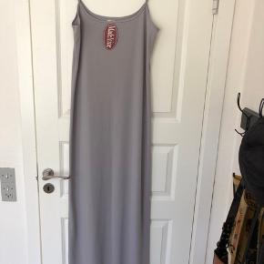 Flot lang kjole med slids i bunden  Aldrig brugt - stadig med prismærke på  Bytter ikke  Se også mine andre annoncer :)