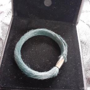 Super flot pels story armbånd i mørkegrøn næsten sort. Str 18 cm