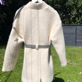 Super flot jakke med Isabel Marant bælte (kan tilkøbes) 🤩🤩🤩  Der følger originalt bælte med, som vist på det sidste billede, synes dog et lys bælte klæder jakken bedre.   Passer 36 - 38 🤗