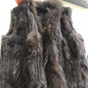 Smuk  brun pels vest i str. 38. Den har været prøvet en gang, derfor angivet som ny!