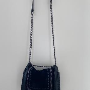 Sælger denne taske fra ZARA. Nypris er 499, kom gerne med bud :)