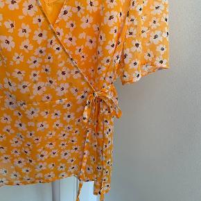 Sød sommer bluse fra Selected   Det er med slå om / wrap.  Der medfølger en orange top, som også kan bruges seperat.   Str.: 38  Stand: aldrig brugt   Nypris: 400,-