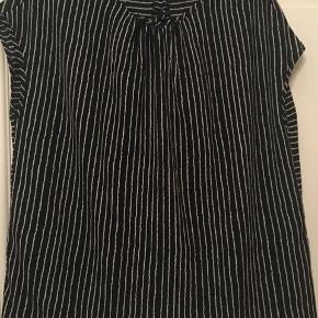 skjorte, top, tunika fra YAS str. medium, længde 64cm. Sort med hvide striber. 70kr Kan hentes Kbh V eller sendes for 38kr DAO
