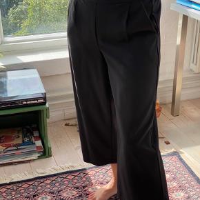 🖤🖤 Fra vera moda Retro stilet vide bukser med elastik bagtil 3/4 lange Helt nye med prisskilt Sælges pga. fejl køb  KOM MED BUD 🖤🖤