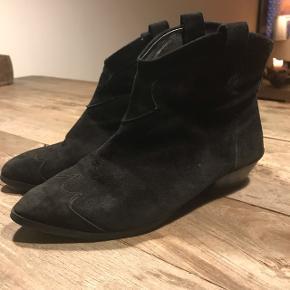 """Sorte ankelstøvler i """"western""""-look med læder for De er lidt slidte, men stadig ok foran i stof samt indvendig."""