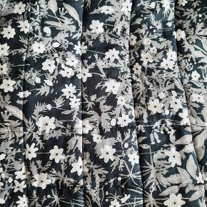 Flot kvalitets sengetæppe fra Arne Jacobsen  Mrk. Flower. / original æske haves. Brugt 1 mdr, som nyt. Passer til 1,5 mands seng.  Røgfri hjem.