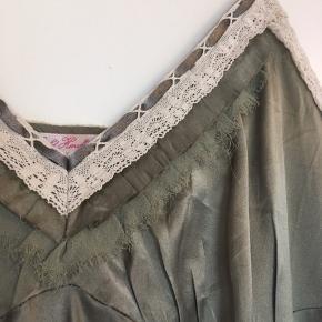 Super fin top i 100% silke i den smukkeste farve.