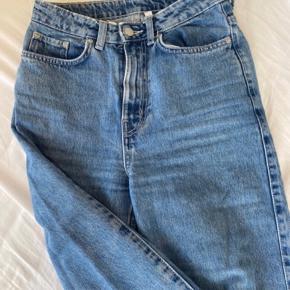 Sælger disse fede bukser fra weekday i modellen Row. De er en størrelse 26/30, men er store i størrelsen og sælges da de er for store til mig.
