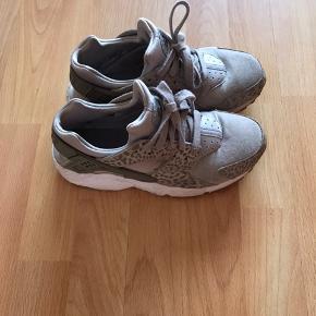 Nike hurrache  Str 38,5  Små i str  Så passer str 37