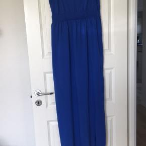 Fin kjole til festlige lejligheder. Aldrig brugt, da jeg endte med at købe to. Der er slids foran, i kjolens venstre side. Kommer fra ikke-ryger hjem.
