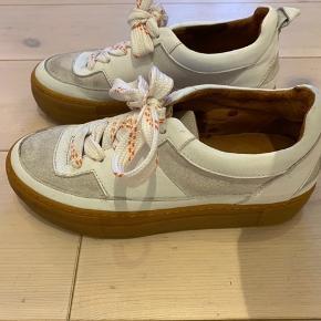 Hvide sneakers fra ganni. Brugt få gange.