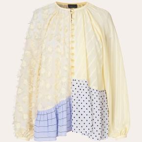 Smukkeste bluse - brugt en enkelt gang.   Bytter ikke😊