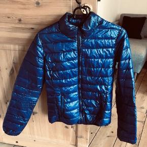 Blå/navy bomber jakke/frakke til salg. Aldrig brugt, så er åben for bud