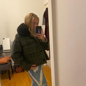 Overvejer at sælge min elskede meotine jakke, da jeg har fundet en anden overgangsjakke istedet. Jakken er aldrig brugt og derfor helt uden slid.  Det er ægte rævepels der er i kraven.