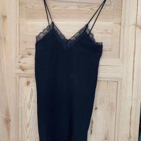 Sort cami slip dress med tynde stropper og blonde foroven og forneden. Aldrig brugt. Købt på ASOS men er af mærket Oh My Love. Str.XS