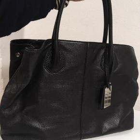 Super flot taske i minimalistisk design. Fantastisk blot læder. Der er plads for almindelig computer bærbar. Ny pris omkring 2.700 kr. sælger for 1200 kr. eller sendt et seriøs bud.