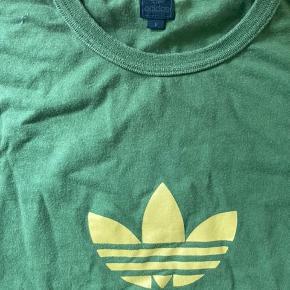 Grøn t-shirt med gult print. Retro