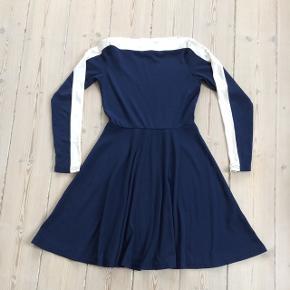 Mørkeblå kjole med råhvid stribe v hals og på ærmer. Som ny
