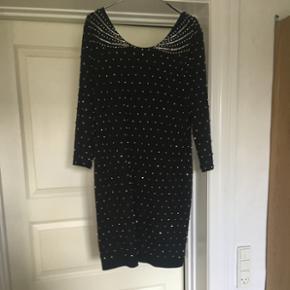 Super flot HM kjole der går ned på ryggen.  Str.L