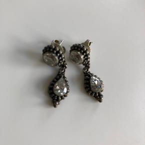Smukke øreringe i oxyderet sterling sølv med klare halvædelsten