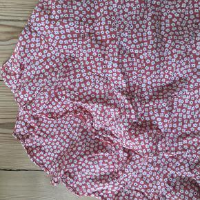 Pæn lyserød/blomstret slå-om nederdel fra Boii