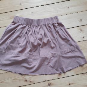 Lækker KIA nederdel by Moves. Str. 36 Jeg har en magen til tilsalg i sort fra Moves og en grøn fra PIECES.