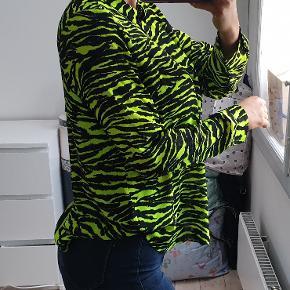 Super cool neon grøn og sort skjorte str small Den er brugt to gange, fremstår flot og næsten som ny jeg er 171cm høj  den sælges for 165kr eller 200kr inkl fragt med DAO