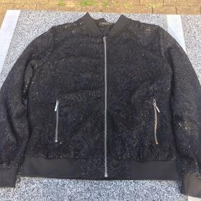 Flot jakke i to lag og med kraftige lynlåse foran og i lommerne.