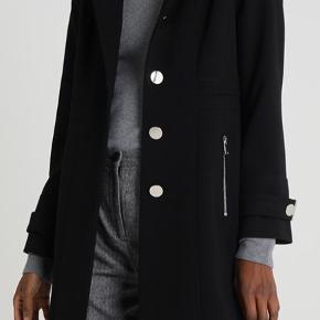 Sort frakke str. 8 tilsvarende S/M  Fremstår som ny, ingen slid, skader eller lign.