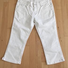 Only skinny hvide knickers i str. 28, som svarer til S/M. Med normal talje. Har fint broderi på baglommerne og lille slids nederst i benet. Materiale: 98% bomuld 2% spandex