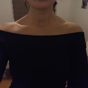 Sort off - shoulder bluse, brugt meget få gange! Den er købt i Message (mærket er Project Unknown)