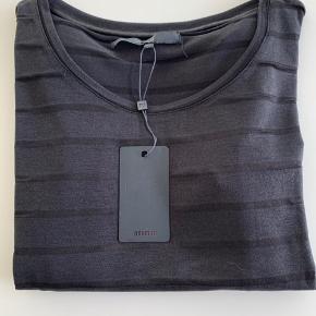 Super fin T-shirt med længde. T-shirten har mørke transparente striber. Aldrig brugt.