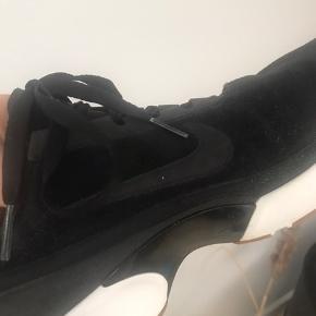 Lækre sporty Nike Air Max Jewell sneakers i ruskindslook. Sælges da jeg er nødt til at rydde ud 😅  Farve: Sorte Indvendigt mål: 25 cm
